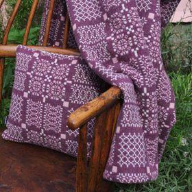 Pledd og pute i mønsteret Knot Garden Cassis